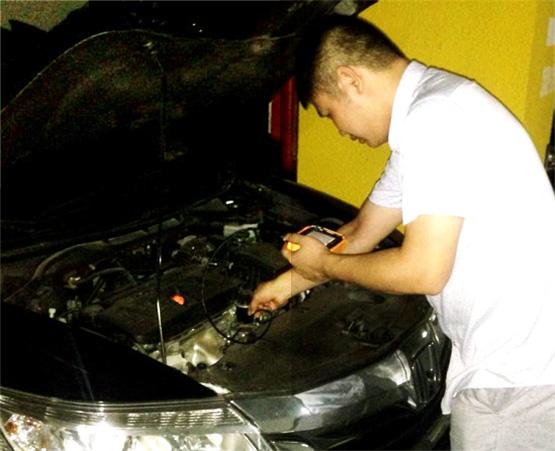 车主周先生用CIE汽车内窥镜给自己爱车做维护检测